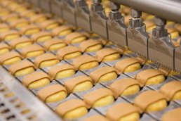 Peanut Butter Kandy Kakes on production line of Tastykake plant in Philadelphia by Tampa food photographer Carver Mostardi.